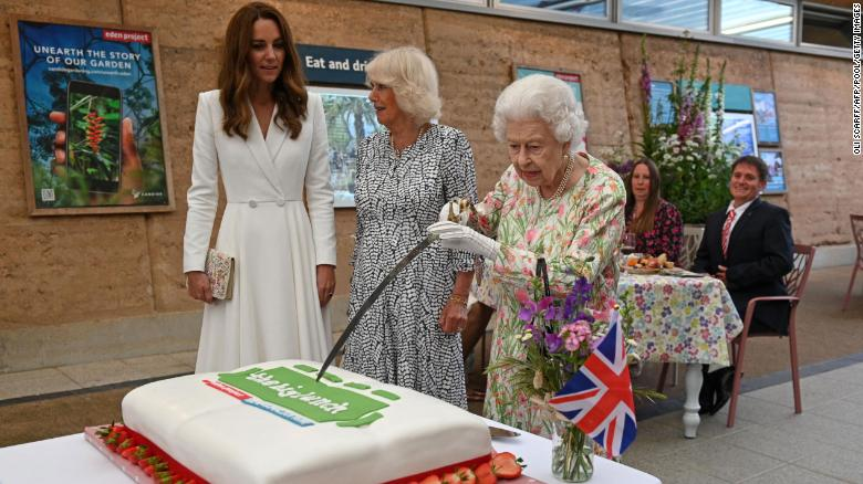 Queen Elizabeth insists on cutting cake with sword