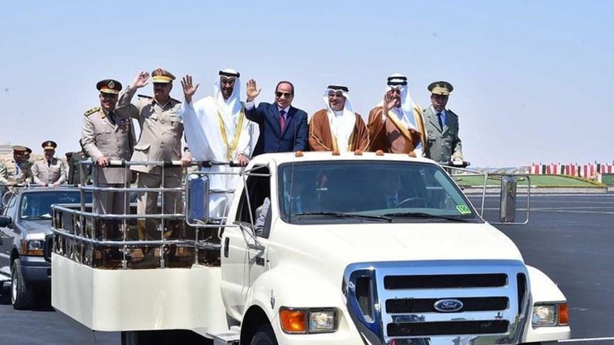 Egypt's President Sisi (C), accompanied by Abu Dhabi Crown Prince Sheikh Mohammed bin Zayed